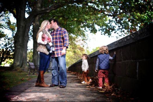 familyphotoparentskissing